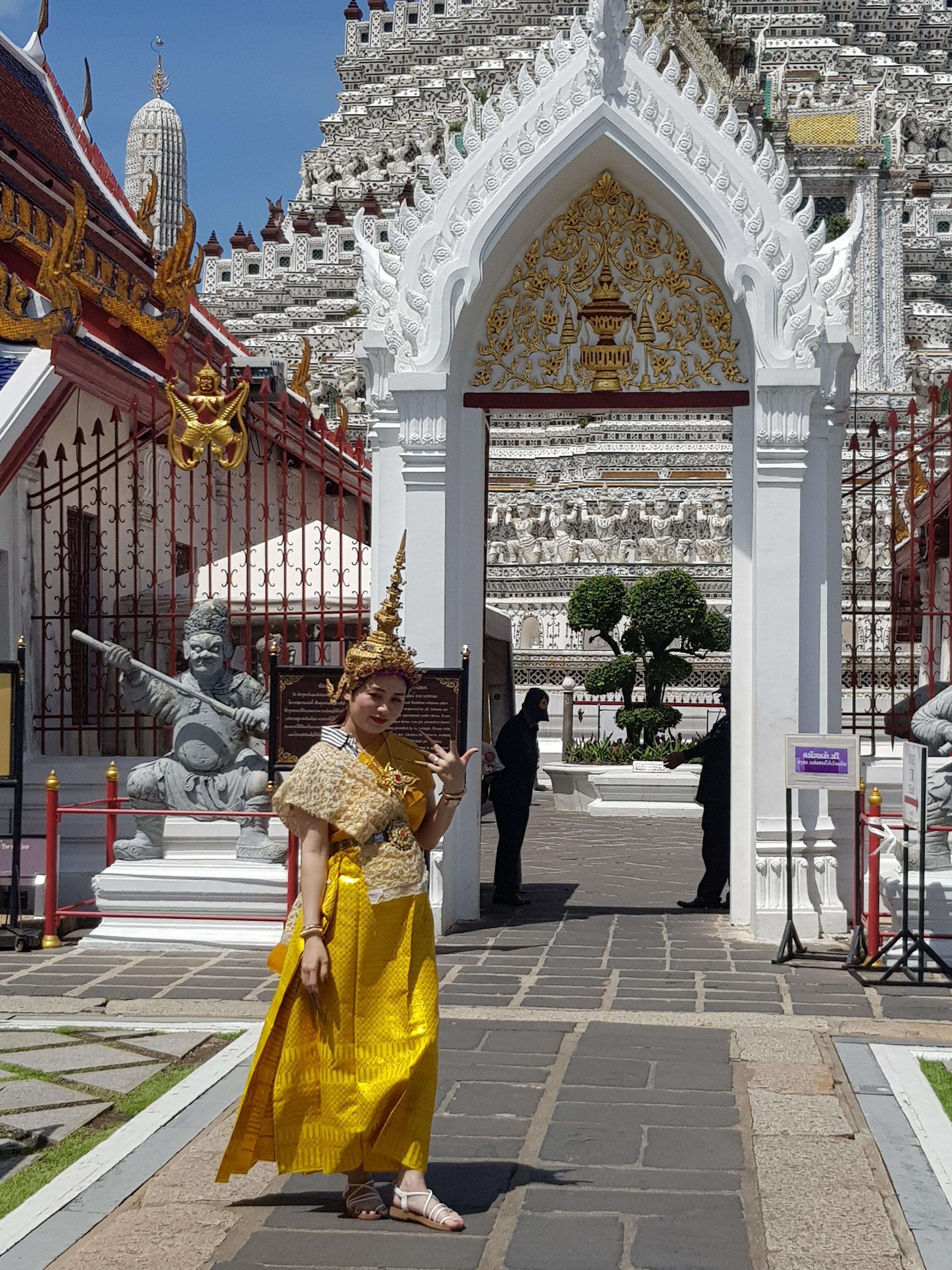 Ragazza in costume tipico thailandese