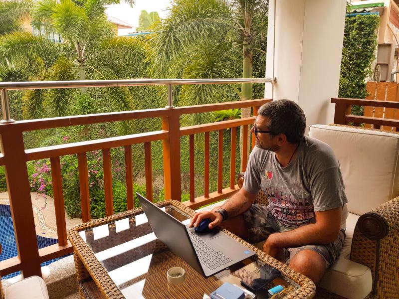 Phuket_lavorare_al_pc