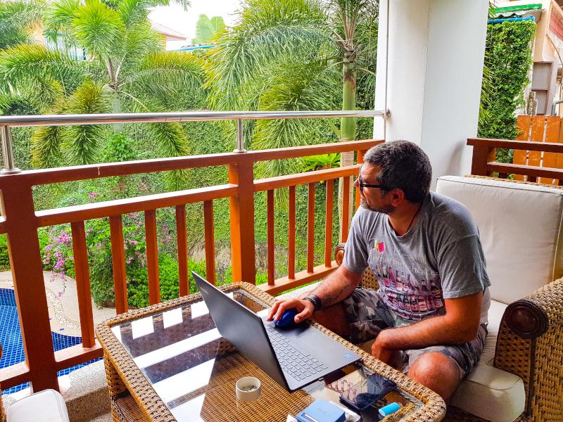 Come-affittare-casa-in-Thailandia - lavorare al PC